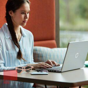 لپ تاپ استوک HP مدل 14-dk0002dx رو میز