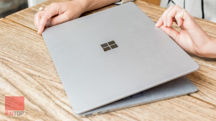 لپ تاپ 13 اینچی مایکروسافت مدل Surface Laptop 1 i5 8GB دست